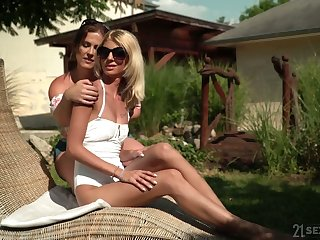 Experienced lesbian Missy Luv gives a good cunnilingus far sex-appeal old hat modern