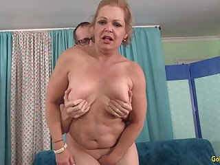 Juicy GILF Kelly Leigh Gets Rammed Doggy Style by a Skinny  Guy